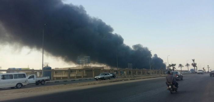 بالصور.. تصاعد دخان حريق قرب محطة مياه بمدينة العبور