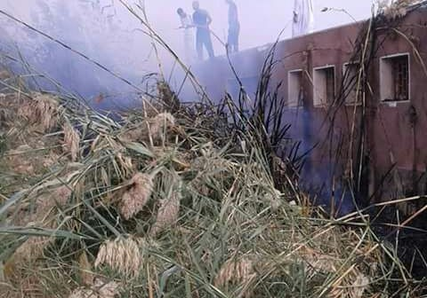 بسبب الحشائش .. حريق يلتهم روضة أطفال بقرية بنبان بحرى فى أسوان (صور)