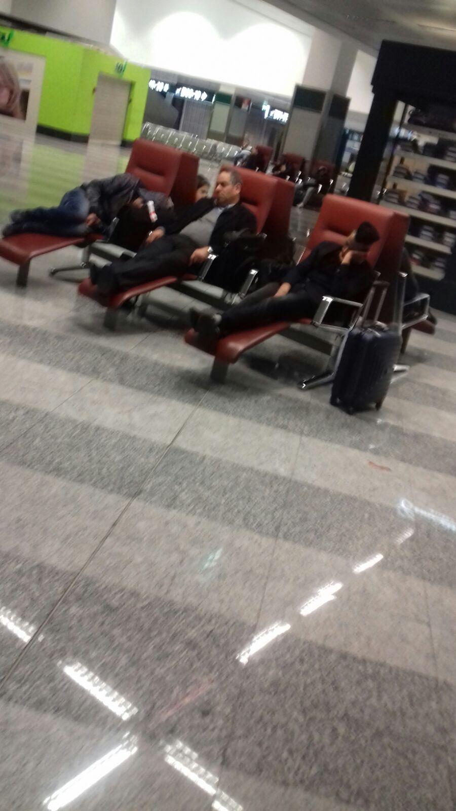 مصريون بإيطاليا يطالبون بتعديل رخصة القيادة.. وآخرون يبيتون في مطار بميلانو بعد تعطل طائرتهم (صور)