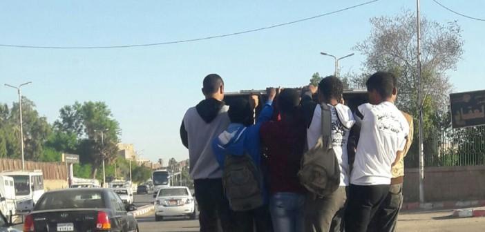 صور.. «أجرة الكابوت» خطر في شوارع أسوان.. ومواطن: أنقذوا حياة الطلاب
