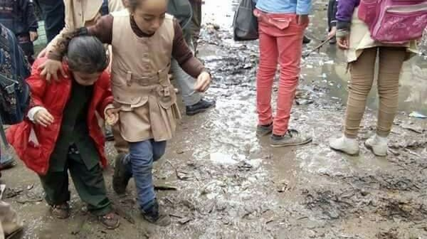 أهالي «عزبة المجد» بالبحيرة يشكون نقص الخدمات وغرق الشوارع بالصرف(صور)