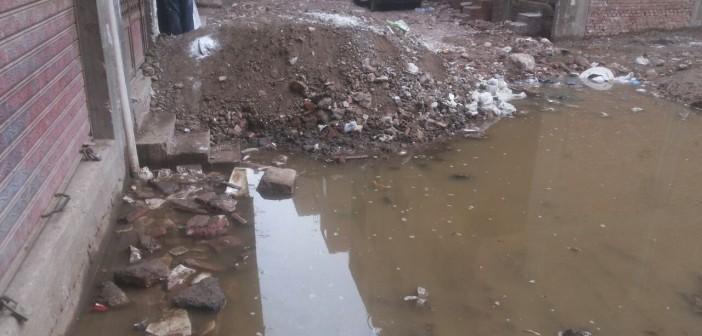 صور.. شوارع «المدبح» بـالمنيب غارقة في الصرف الصحي