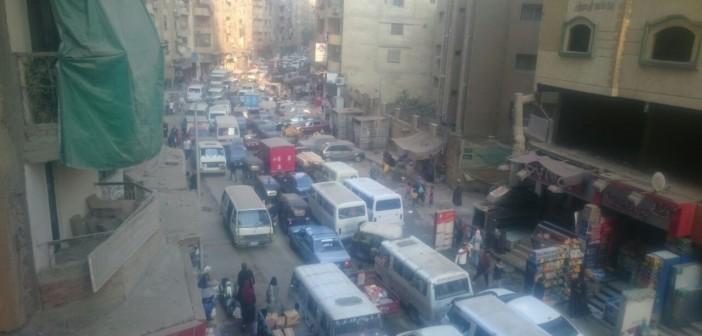 سكان «العشرين» يشكون الزحام اليومي.. ومطالب بتنظيم المرور (صور)