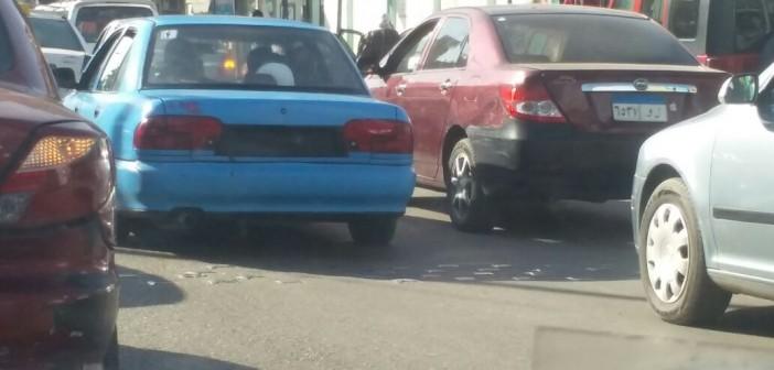 سيارة تتحرك دون لوحات معدنية بشارع التحرير