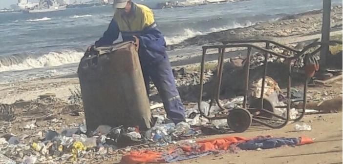 إلقاء القمامة على شاطئ «الماكس» بالإسكندرية (صورة)