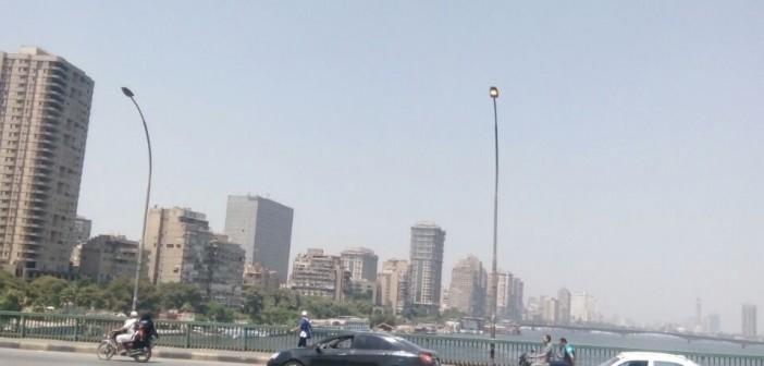 أعمدة الإنارة مُضاءة نهارًا على كوبري عباس