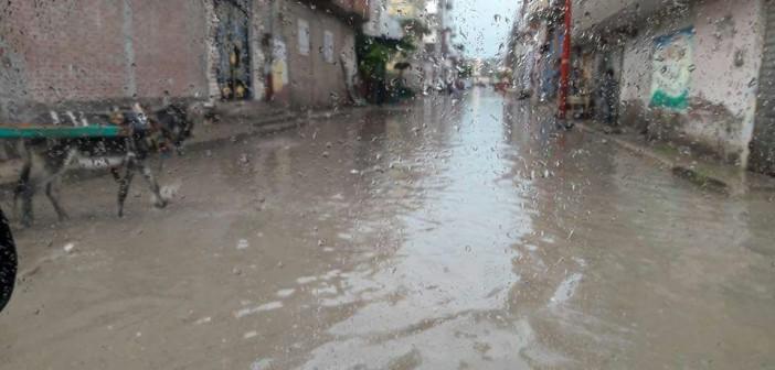 بالصور.. غرق شوارع في مدينة إدكو بعد «نصف ساعة مطر»