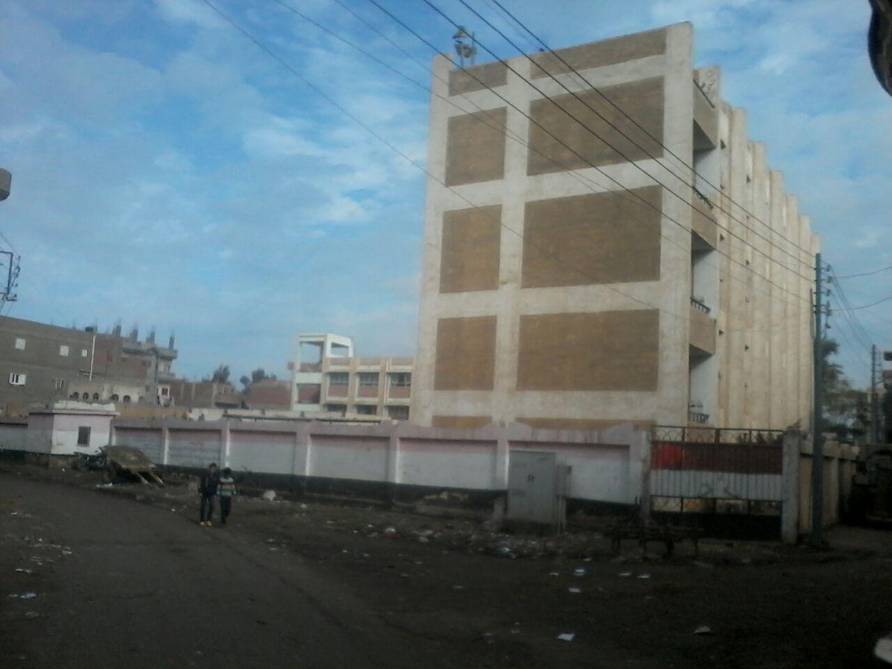 سحب مياه الصرف أمام مجمع مدارس بإحدى قرى الدقهلية