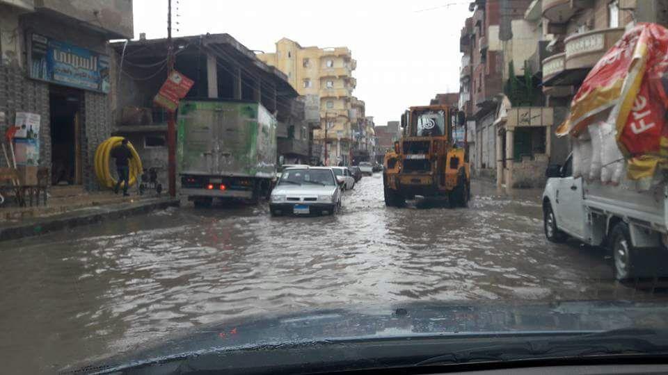 غرق شوارع في مدينة إدكو بعد «نصف ساعة مطر»