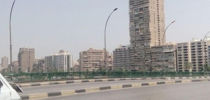 إضاءة أعمدة الكهرباء أعلى كوبري عباس في وضح النهار (صور)