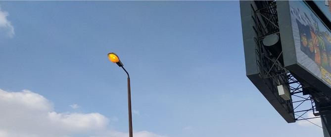 أعمدة إنارة مُضاءة نهارًا على طريق السويس في اتجاه مصر الجديدة (صور)