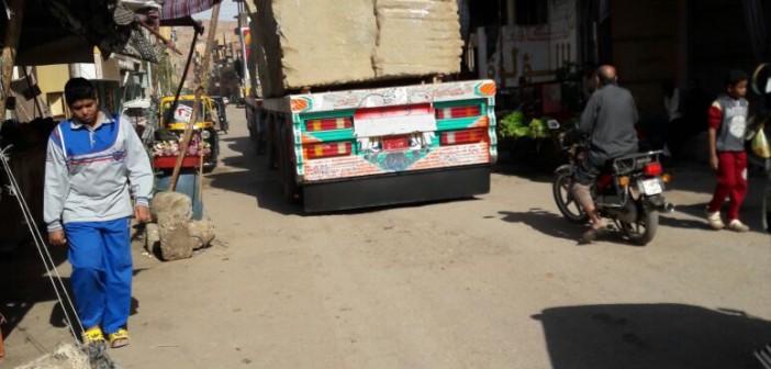 حركة النقل الثقيل بين المناطق السكنية تثير غضب مواطني أسوان (صور)