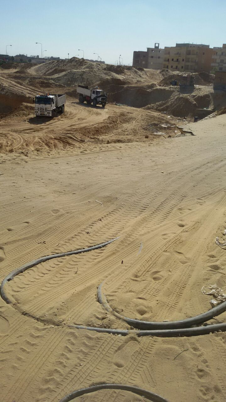 مواطن بـ«العبور» يسأل عن احتياطات الأمان للسيارات المارة بأعمال مشروع بناء