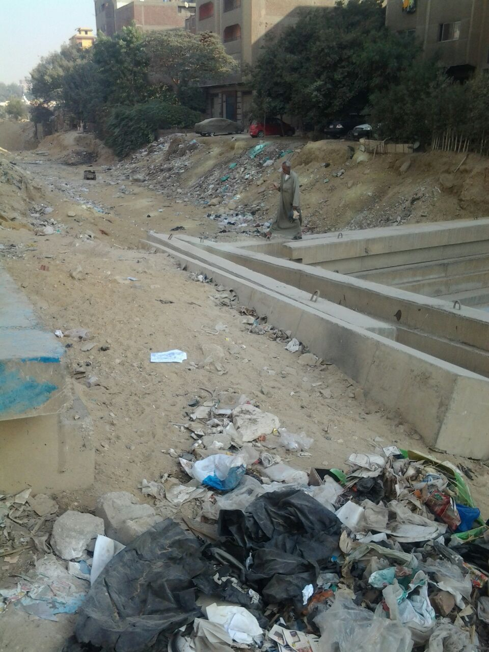 معاناة مستمرة لسكان شارع حيوي بزهراء المعادي بعد تكسيره واقتلاع أشجاره