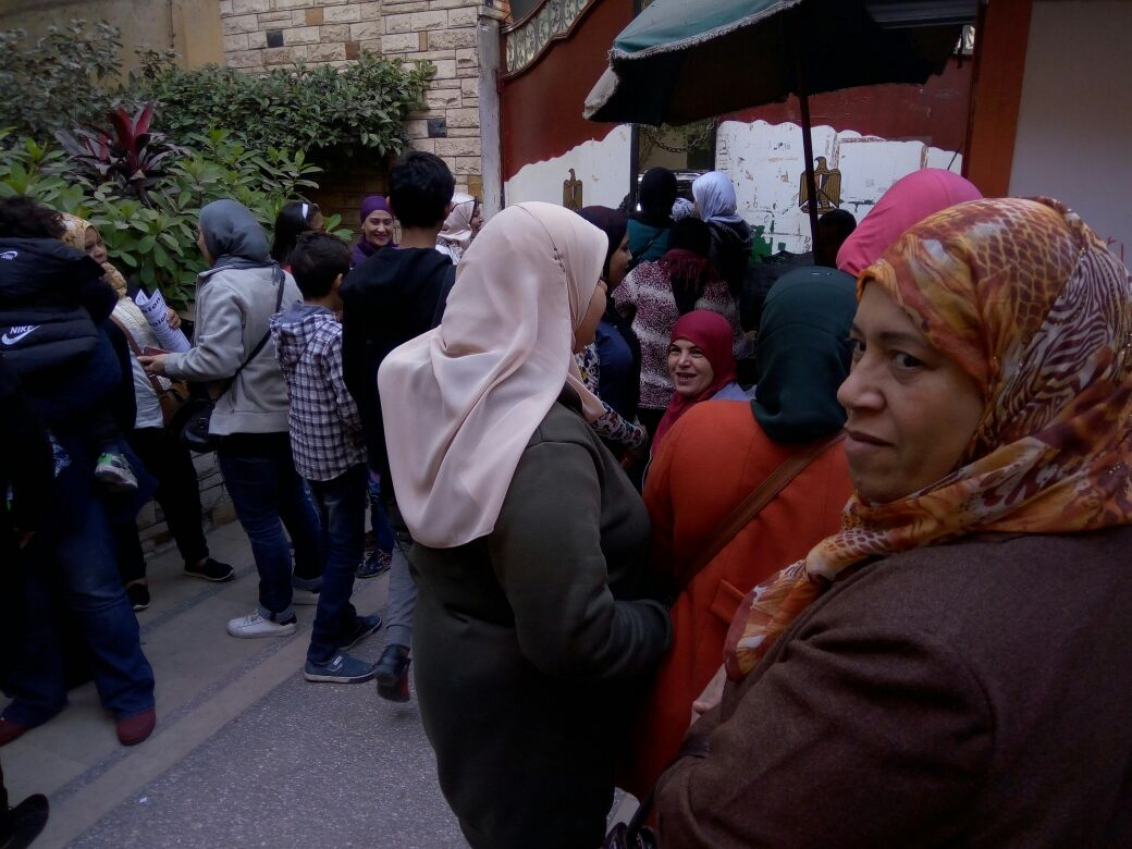 بالصور.. وقفة احتجاجية أمام مدارس القومية بالعجوزة
