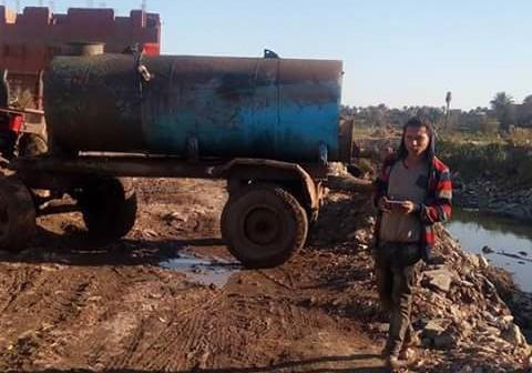 سكان «كفر الجبل» بالجيزة يطالبون بوقف صرف مخلفات مصنع في قناة مائية