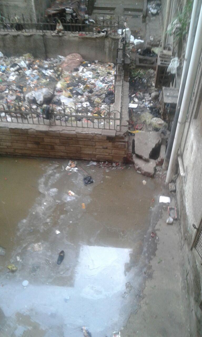 مياه الصرف تحاصر عقارات في حي غرب المنصورة