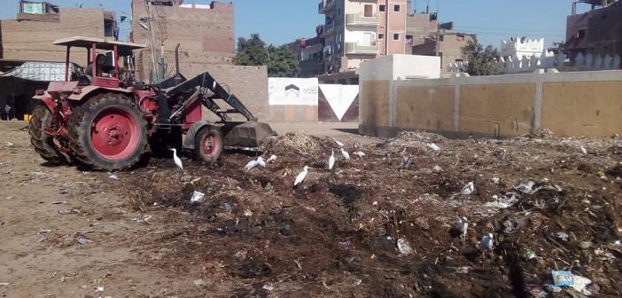 استجابة لما نشره «شارك».. رفع تجمعات قمامة في «بناويط» بسوهاج (صور)