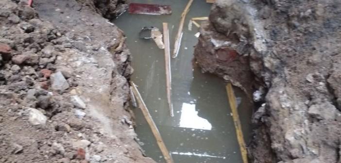 كسر بماسورة مياه يغرق شارع بـ«العشرين» ومطالب بإصلاحه(صور)