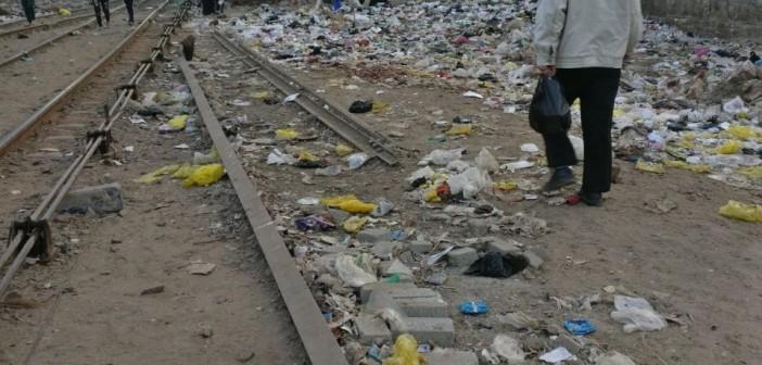 بالصور.. القمامة تحاصر قضبان السكة الحديد بـ«أبو زعبل»