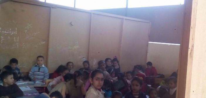 أهالي قرية «الجمل» يشكون نقص الخدمات: المدرسة معروشة بالصاج (صور)