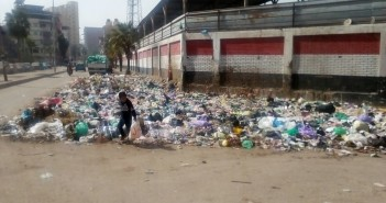 صور.. تجمعات كثيفة للقمامة قرب مدرسة في دمياط
