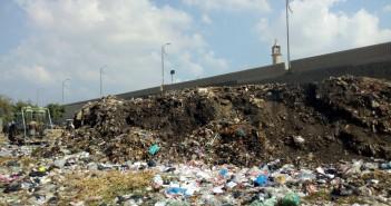 تراكم القمامة أسفل محور الضبعة بجزيرة محمد بالوراق