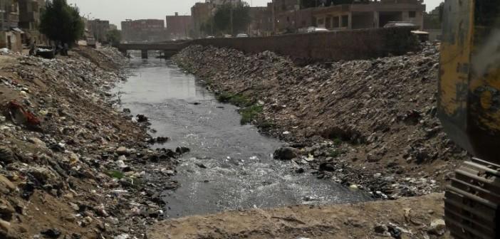 أهالي منطقة «السماد» يطالبون بتطهير مصرف من المخلفات والقمامة (صور)