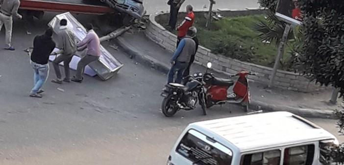 صور.. سقوط عمود إنارة يدمر سيارتين بشارع النصر «المعادي»
