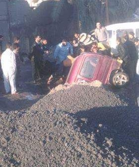 سيارة تقفز في حفرة صرف «أم زغيو».. ومطالب بصيانة الطريق (صور)