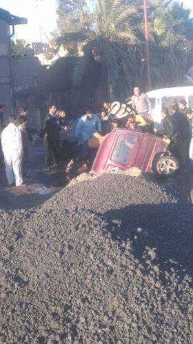 سيارة تقفز في حفرة صرف «أم زغيو».. ومطالب بصيانة الطريق