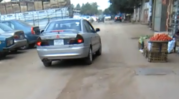 تكسير شوارع في منية سندوب بعد توصيل الغاز (فيديو)