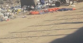 عمال نظافة يلقون القمامة على شاطىء المكس