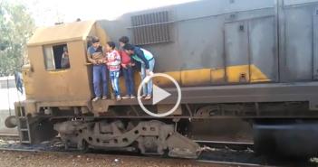 فيديو.. تعلق أطفال بعربة قطار بالدقهلية يهدد حياتهم.. ومواطن: جريمة وإهمال