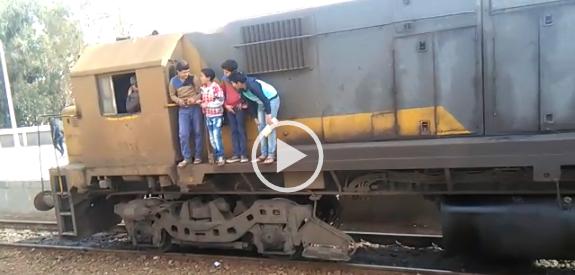 ▶️ فيديو.. تعلق أطفال بعربة قطار بالدقهلية يهدد حياتهم.. ومواطن: جريمة