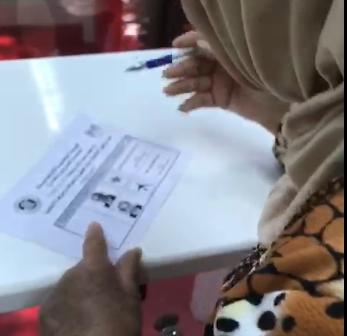 لم يمنعها المرض من المشاركة.. مسنة تدلي بصوتها في قنصلية «دبي»