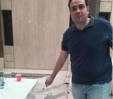 مواطن يشارك بصورة له أثناء التصويت في سفارة مصر بـ«الرياض»
