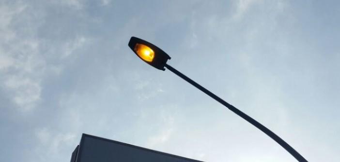 بالصور..أعمدة الإنارة بكوبري الجامعة مضاءة نهاراً (صورة)