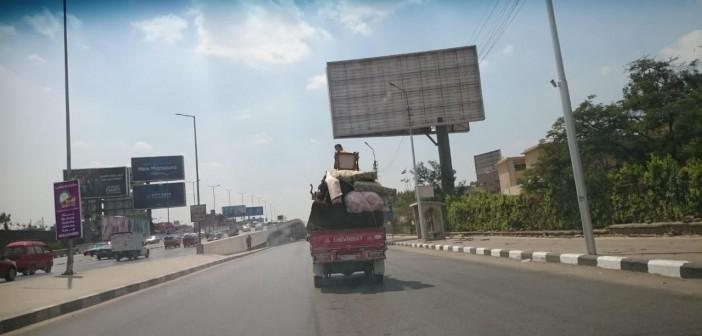 بالصور..سيارة نقل بأحمال كبيرة بالمخالفة للقانون في شارع العروبة