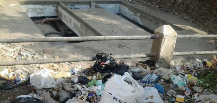 سكان بـ«المعادي» يشكون انتشار القمامة ومخلفات المباني في الشوارع